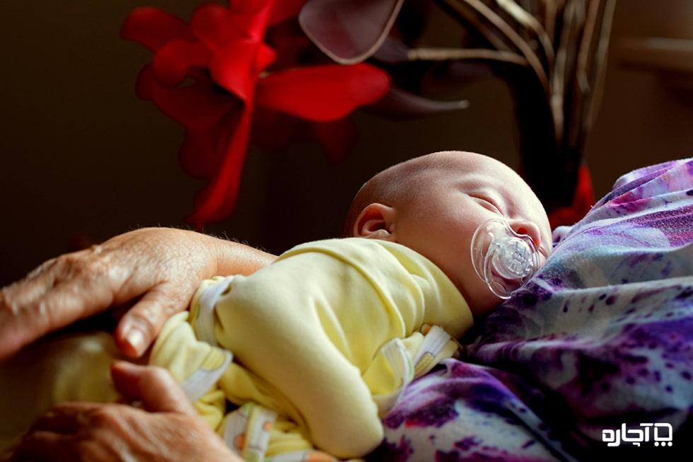 عوامل قیمت و دستمزد پرستار کودک در منزل